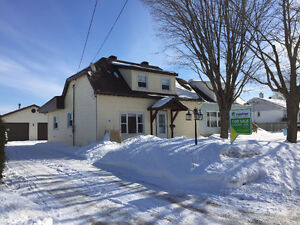 Beautifully upgraded 1 1/2 storey home in Arnprior!!