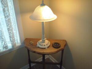lampe de table laiton avec table de bois $30.