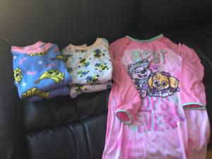 Vêtements pour fille  3 pyjamas 6-7 ans