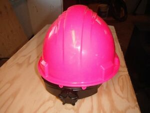 casque de construction rose