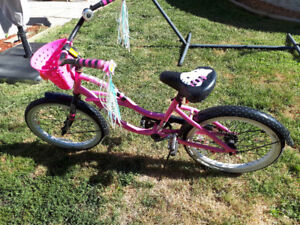 Vélo fille Hello Kitty  approx 7-9ans