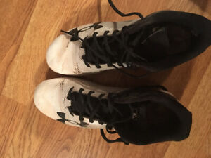 Men's size 9 under armour baseball cleats.