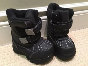 New kids winter boots size 5t