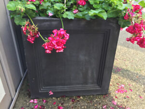 BLACK SQUARE RESIN OUT DOOR URN 18 X 18 X18