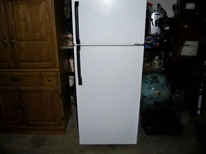 "24""WHITE APPARTMENT SIZE FRIDGE LIKE NEW CONDITION"