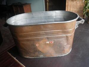 Antique chaudiere de cuivre ovale avec poignees de bois.