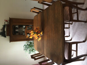 Oak dining room table with six chairs and four leaves to extend.