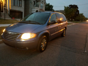 2007 Chrysler Town and Country stow and go