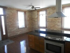 LARGE 1 BEDROOM APARTMENT ON MAIN FLOOR OF HOUSE