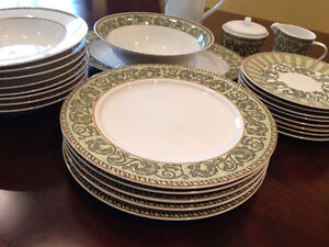 Lynns Dinnerware Set (26 Pieces)