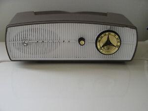 Vintage Five Tube AM Radio