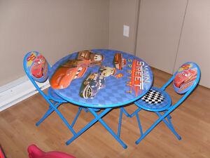 Petite table avec 2 chaises
