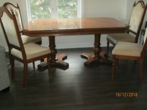 Oak cannon ball dining room table & 4 chairs & hutch