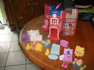 PETITE MAISON  FISHER PRICE  4 PERSONNAGES MEUBLES