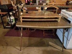 Table with 2 leafs for sale