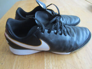 Men's Nike Tiempo leather indoor\turf soccer shoes size 9 cleats
