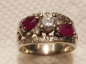 Beautiful 14kt white gold, ruby and diamond ring