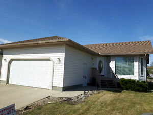 FAMILY HOME IN CAMROSE CLOSE TO SCHOOL AND PARKS