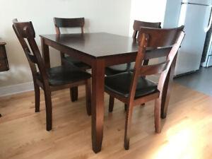 Ensemble table et 4 chaises en bois - salle à dîner