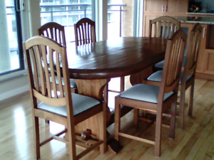 Table et chaises en bois pour salle à manger. (Bois rare)