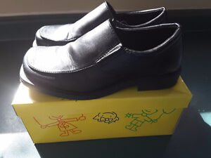 Boys dress shoes size 1 1/2 black only worn one time Cambridge Kitchener Area image 2