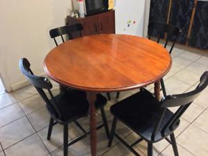 Table de cuisine en chêne ronde et 4 chaises noires en frêne