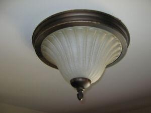 Plafonnier  de chambre ou autre à contour brun et verre ambré.