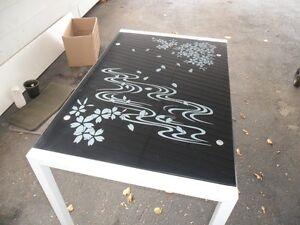 table en metal avec dessus en verre