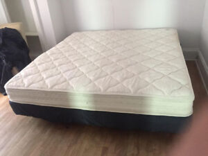 Beautiful KING Size Serta Mattress Free delivery (med FIRM)