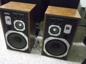 PAIR OF SPEAKERS 41YRS OLD KINDA MINTY $100.00