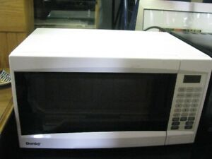 WHITE MICROWAVE  FAMILY SIZE  WORKING   CLEAN