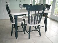 Table et 4 chaises. Table and 4 chairs.