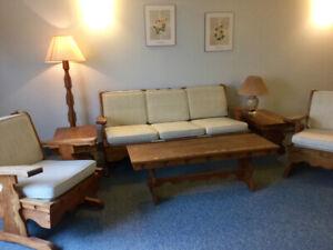 Mobilier de salon en bois avec coussins amovibles