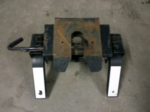 Fifth wheel truck hitch receiver