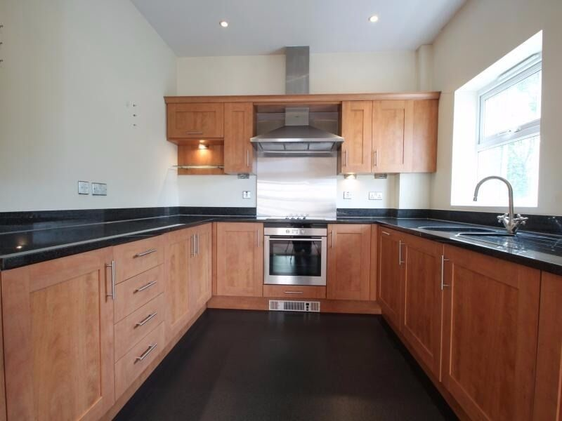 4th FLOOR ONE BEDROOM APARTMENT IN WINDMILL HOSUE CANARY WHARF E14 OFFERED FURNISHED AVAILABLE NOW