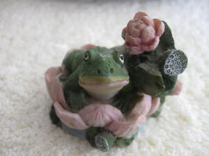 EXQUISITE OLD VINTAGE POTTERY-LIKE BULL FROG on a LILY-PAD