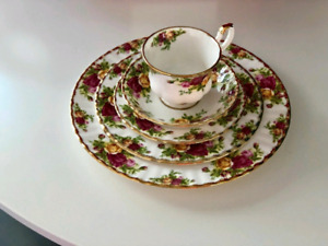 "........Royal Albert ""Old Country Roses""......"