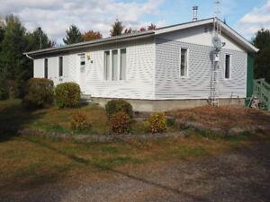 maison de campagne sur terrain boisé