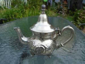 théière du Moyen Orient en métal argent/ inscription en dessous