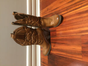 Size 7 women's cowboy high heeled boots