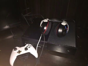 Xbox one 500GB comes with all hookups in really good Condition