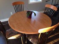 Table ronde ou oval avec panneau (faite au Canada)