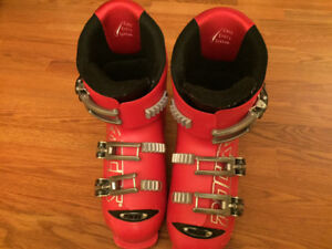 Children's ski boots. size is adjustable 19.0 - 22.5