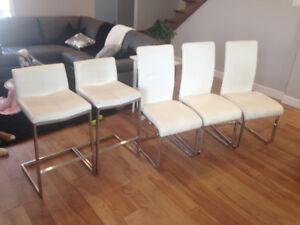 chaises de cuisine et banc ilot blanc