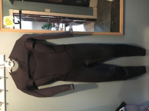 4/3 Woman's SIZE 8 Black  Biliabong Synergy Wetsuit. NEW!