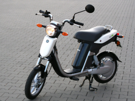 Yamaha electric scooter 1 owner from new 700 miles on the clock 28mph