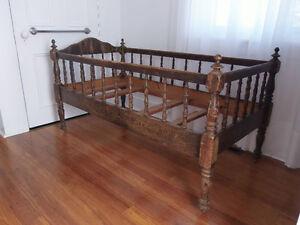 Couchette antique - Lit de bébé - Bassinette