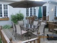 MEUBLES DE PATIO AVEC PARASOL-PATIO SET WITH UMBRELLA