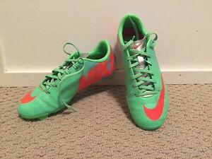 Girls sz 2 NIKE Mercurial cleats