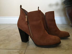 SELLING ANKLE BOOTIES 8.5 SIZE
